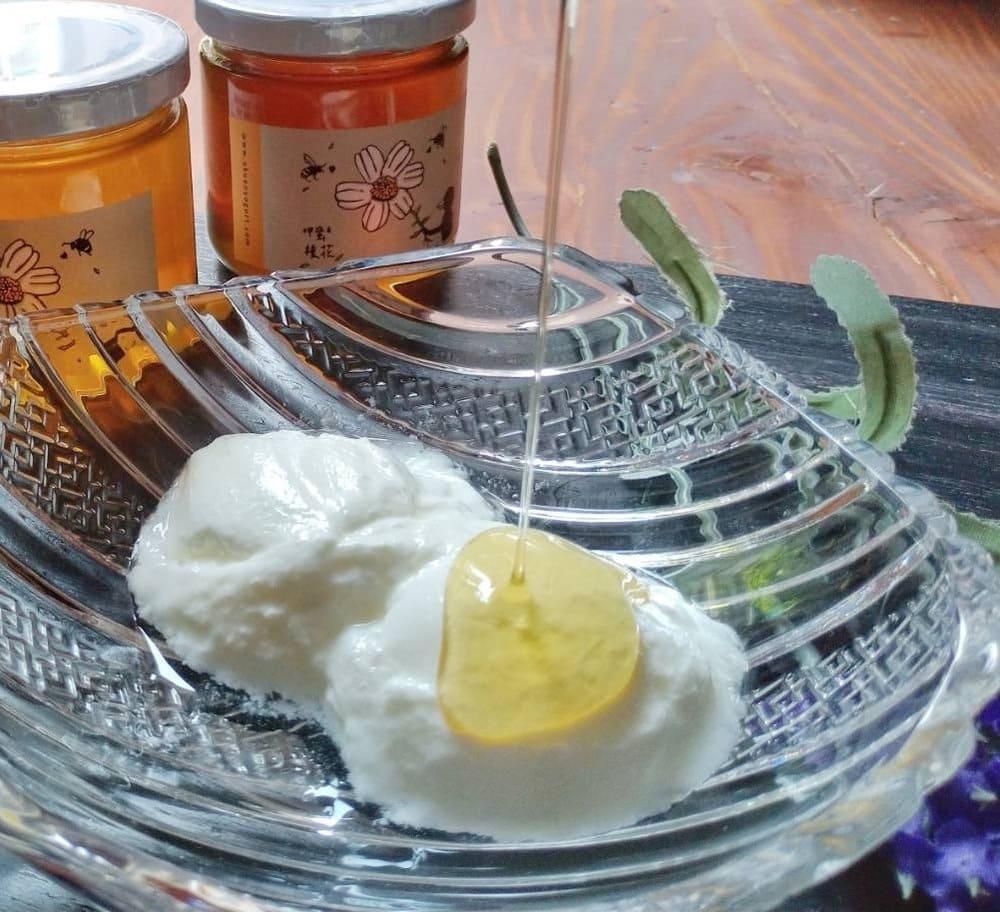 蜂蜜優格 - 材料: 優格、蜂蜜做法:挖出優格淋上蜂蜜台灣純蜂蜜細緻甜香,配上阿娟優格的酸,絕配!