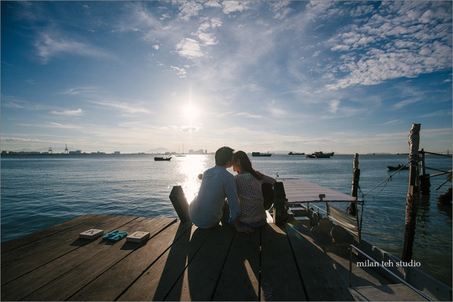 casual-couple-portrait-in-penang-chew-jetty