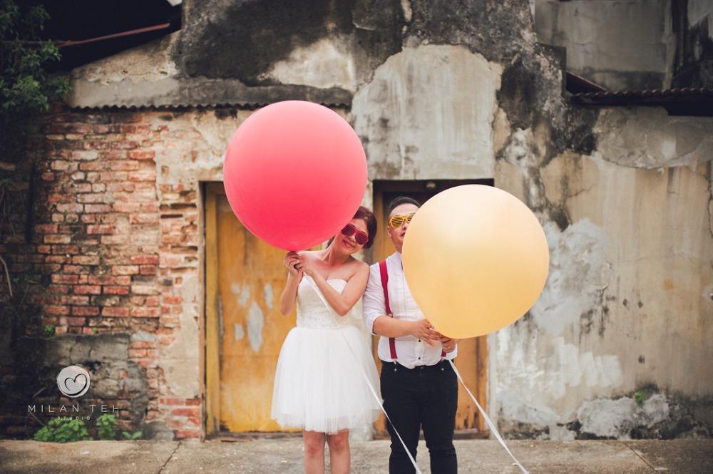 couple photo penang with big balloons