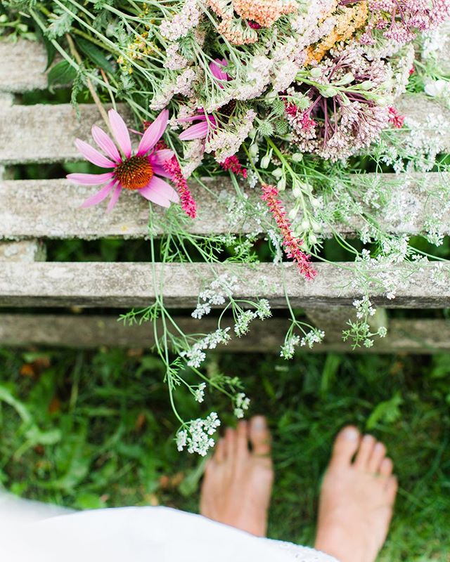 Barefoot in the grass. I hope you are enjoying this sunny Easter weekend! We are taking it slow these days... For me this means surrounding myself with (wild)flowers, sunshine and cocooning in and around the house. I've also taken an Ayurvedic workshop w/ @kimgeerts this weekend, so inspiring 🌿 Self love overload at the moment!  In line w/ this weekends' feeling I'd like to update you about our @blomsterkrans & @loftloftnl minimalistic wreath making workshop in two weeks time. We will enjoy the afternoon together in a lovely setting (the location-so pretty!) w/ inspiring entrepreneurs and greens & willow branches. A combination of nature and design in one afternoon. Who may I welcome there on May 5th? All info on my website 🌱 Enjoy your day off! . . . Photo by @anouschkarokebrand from a styled shoot together with @avenue.design.studio 💚 #blomsterkransxjenniferlaarman #eucalyptuswreath #gathering #workshop #wreathworkshop #minimalisticwreath #flowerworkshops