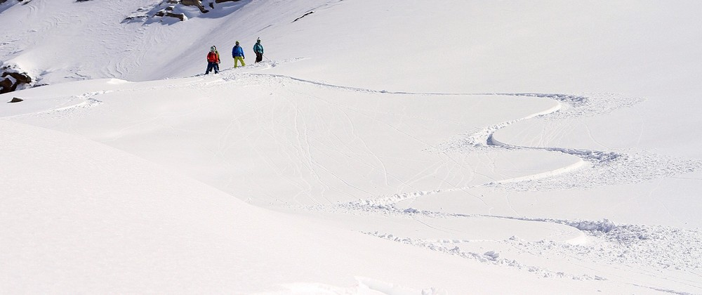 Open turn shape. Notice where edge change occurs and where snow is pushed — Hintertux