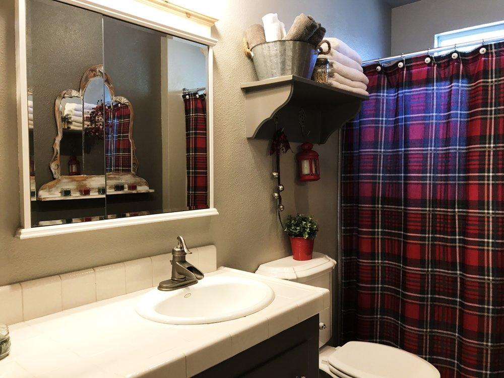 urban cottage living | christmas home tour 2016 | christmas decor | cottage christmas | small house christmas | christmas bathroom