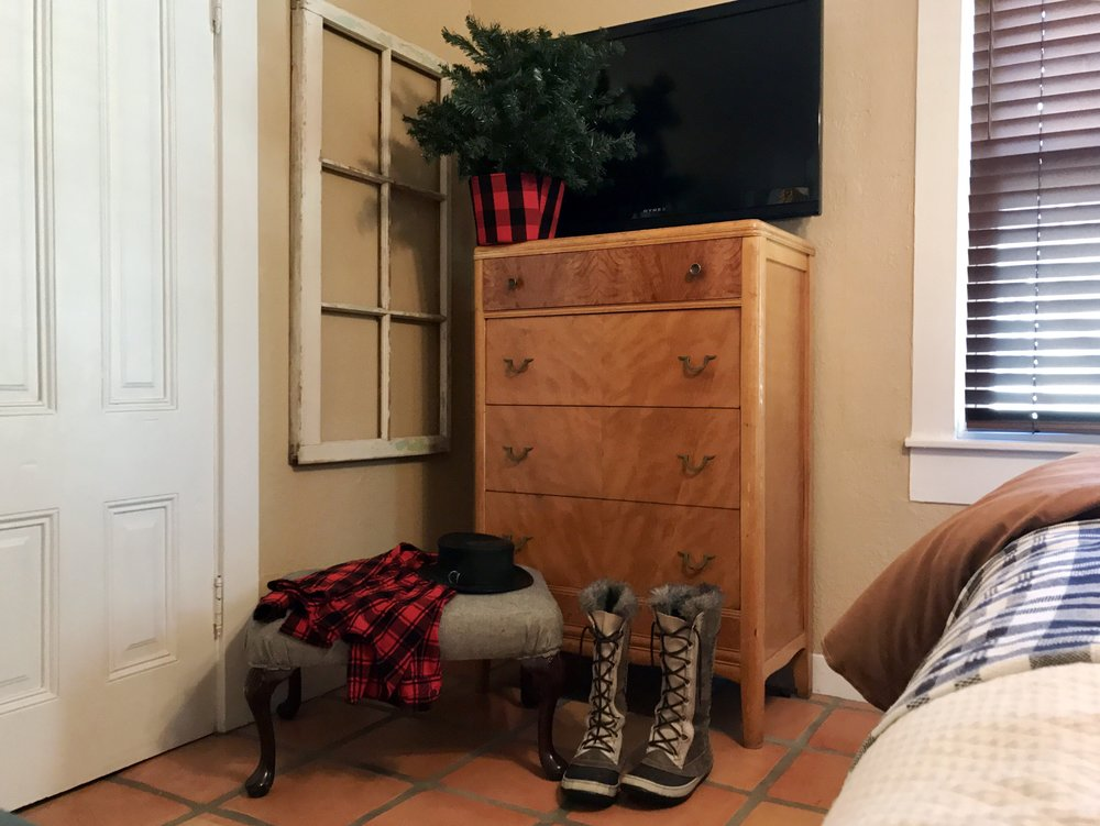 urban cottage living | christmas home tour 2016 | christmas decor | christmas decorations | small house christmas | christmas bedroom