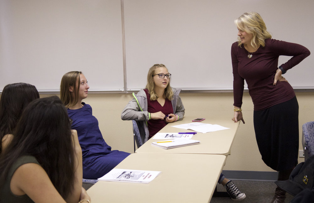 "Copy of Kristi Rathbun chats with students during one of her sessions, ""Alternative."" Photo by Dawn Knudsvig"