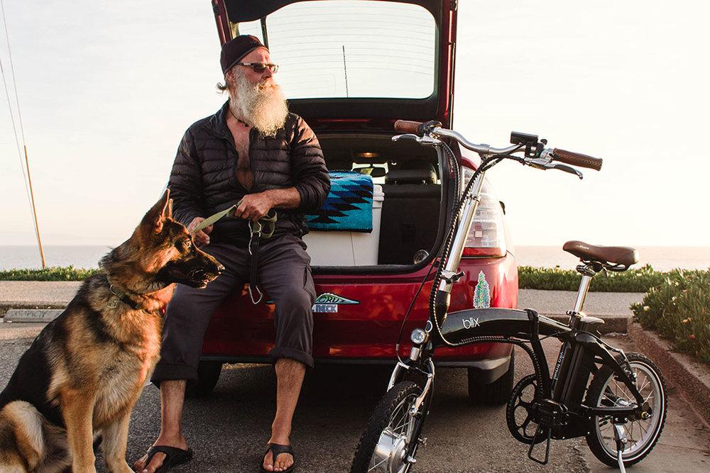 Blix_Vika_trvl_beard_dog_car.jpg