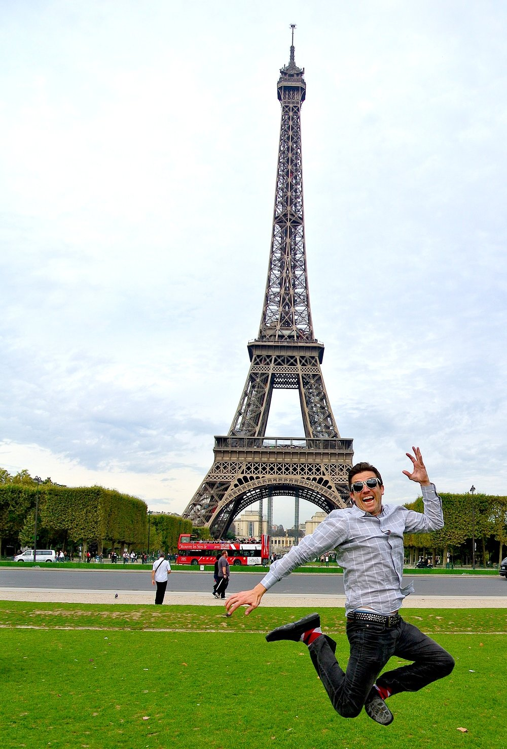 Wally jumps for joy at la Tour Eiffel