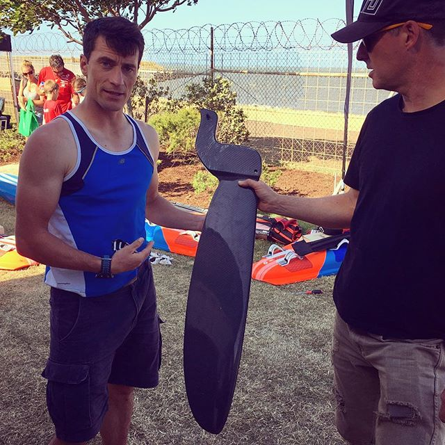 Max & Justin checking out the Spitfire daggerboard from airice.fi #raceboardwindsurfing #raceboard #raceboardworlds #racing #carbonfibre #daggerboard #airice #spitfire