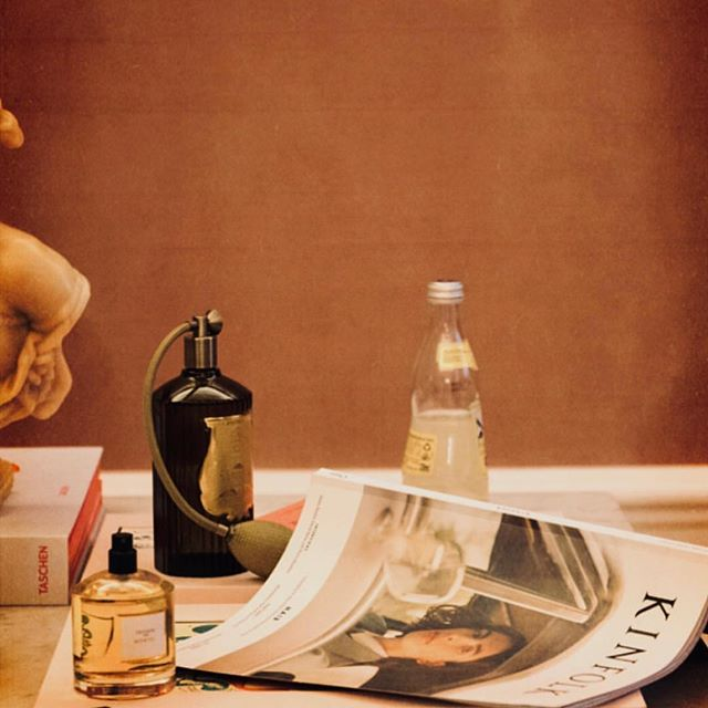 Room Spray 1500 sek. Two pumps will spread itself out in the room, perfect after vacuuming, before visitors or after bathroom experiences. • Sophisticated scent of amber, clove, oak and grapefruit scent • Hand crafted green glass bottle. Packaged in an elegant branded box. 375ml.