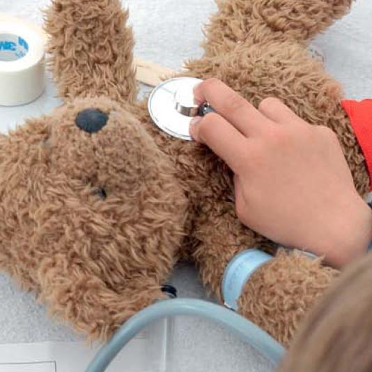 Dem Spital den Schrecken nehmen - Muss ein Kind ins Spital, ist Aufregung vorprogrammiert: So individuell die Krankengeschichten, so universell sind Ängste und Sorgen - beim Kind und bei den Eltern. Was hilft, ist Offenheit. Und eine gute Vorbereitung.Artikel erschienen in Fritz&Fränzi, November 2013.