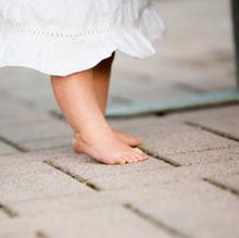 Zeigt her eure Füsschen... - Brauchen die Senkfüsse des Sohnes Einlagen? Ist der Einwärtsgang der Tochter therapiebedürftig? Orthopäden geben Antwort.Artikel erschienen in wir eltern 01/2014.