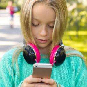 Ein Smartphone mit 10? - Gerne möchte man den Kindern sagen: «Geniesst eure analoge Zeit, solange es geht!»Blogbeitrag erschienen im Mamablog des Tages-Anzeigers, 11. Dezember 2017.