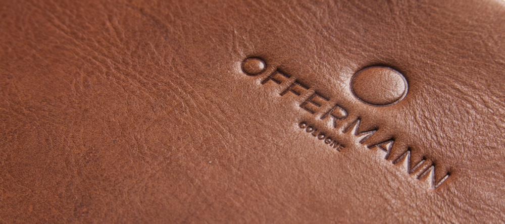 Natürlich, edel, robust, hoch-funktional und unvergesslich in Haptik und Exklusivität - Leder ist ein besonderes Material und wird von vielen Menschen wertgeschätzt. Von der harten Schuhsohle bis zum samtig weichen Nunuk-Leder - es gibt zahlreiche Lederarten, Eigenschaften und Einsatzweisen. Von Natur aus ist Leder aber selten perfekt. Mastfalten, Hornstöße, Mückenstiche, oder Brandzeichen - Lederverarbeitung bedeutet Handverlesung des Rohmaterials.