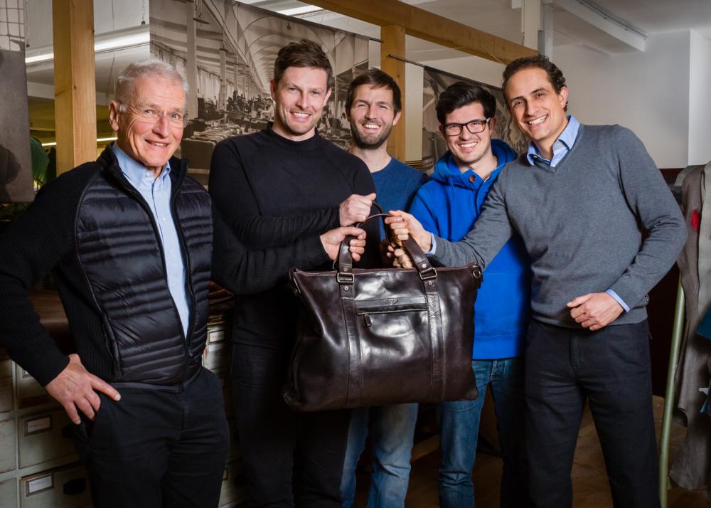 Auf der Suche nach einem Nachfolger stieß Dr. Hubert Offermann, Firmeninhaber der 4. Generation, auf FOND OF BAGS. Die Visionen und Werte, aber auch ganz besonders das menschliche Miteinander passte und so wurde es 2015 offiziell: Das Traditionsunternehmen wird nun von dem jungen Kölner Team weitergeführt.