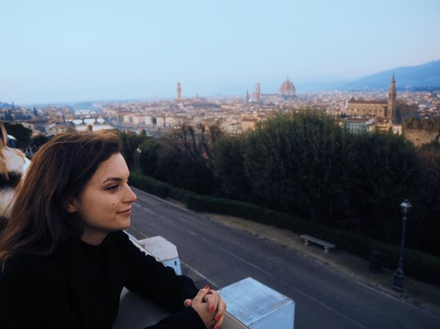 Please do excuse the early morning wine face(who are these people who can order anything less than a carafe here?!) Possibly one of my most favourite views ever: Piazzale Michelangelo. Bit of a climb to get here (why must all good views come require such exertion) but well worth it 👀