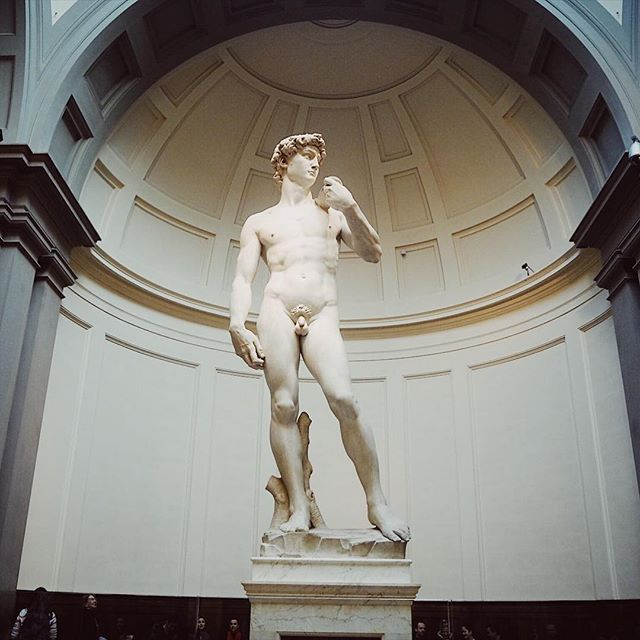 Dave the rave up close.. Michelangelo's David is a whopping five meters tall and 5660 kg heavy. All that from one single block of marble. Mighty impressive Michelangelo 🙌