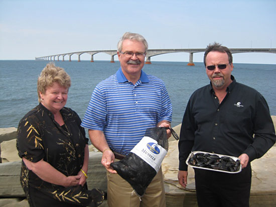 Minister Gail Shea (DFO), Minister Gerry Ritz (AAFC) and Stephen Stewart (Confederation Cove Mussels Inc.), who represented CAIA, celebrate the investment announcement in PEI.