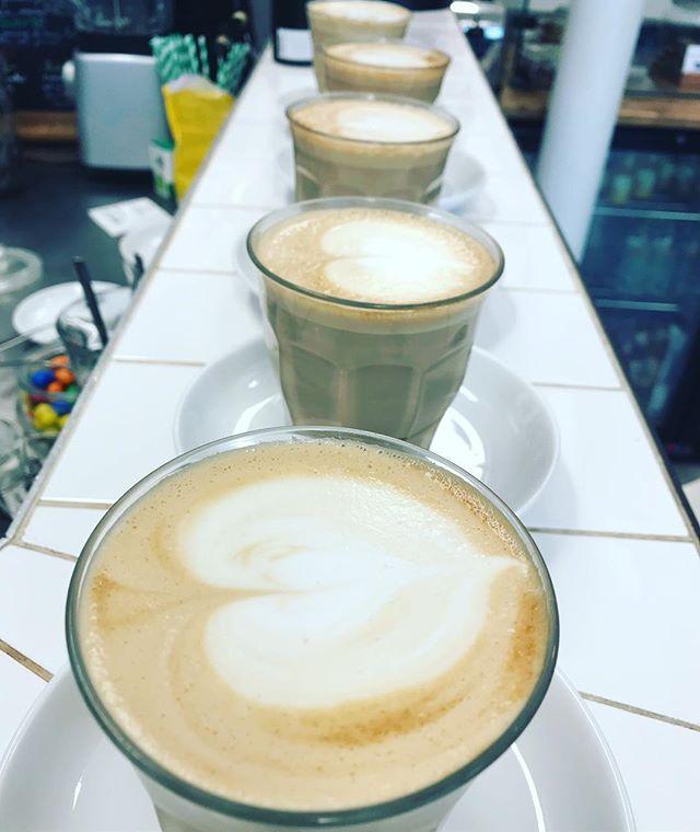 Car nous ne sommes pas des arnaCOEURS ! ❤️🦄✨ #latteart #coffee #milk #cappucino #paris #france #unicorners #unicorn #heart #coeur #coworking