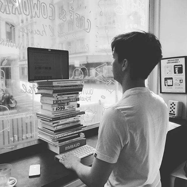Une bonne position pour travailler avec un support d'ordinateur DIY 👍 #unicorns #atwork #diy #creativethinking  #coworking