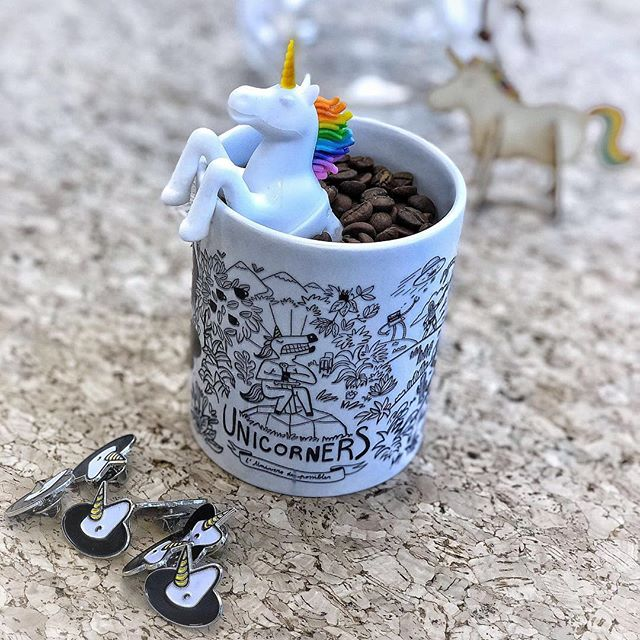Une licorne dans une tasse de café, mais... mais... ça vous rappelle pas quelque chose...? 🤨 . 📸 : @floriantdk