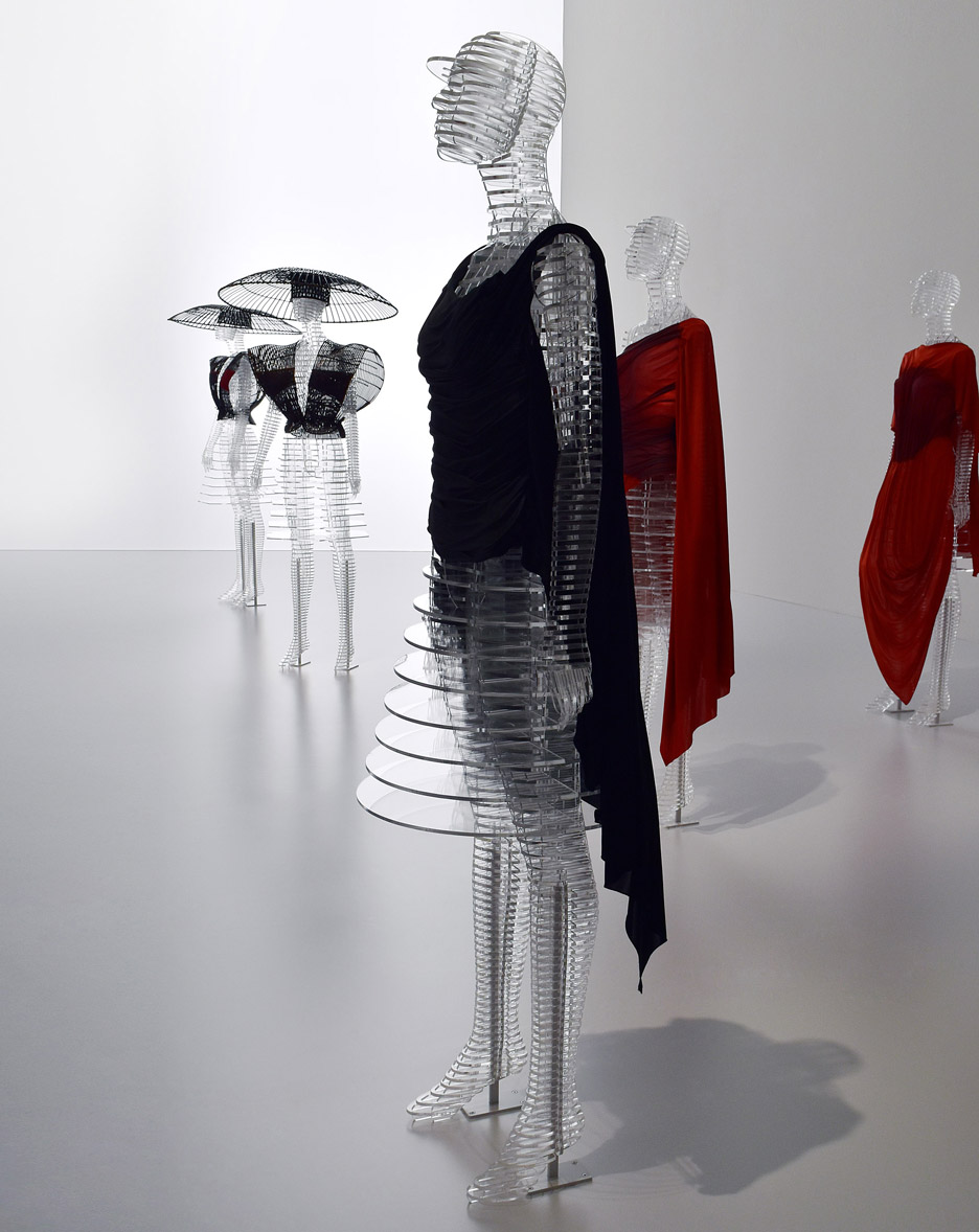 transparent-body-installation-tokujin-yoshioka-issey-miyake-exhibition-tokyp-japan_dezeen_936_14.jpg