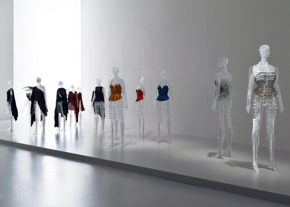 transparent-body-installation-tokujin-yoshioka-issey-miyake-exhibition-tokyp-japan_dezeen_1568_11.jpg