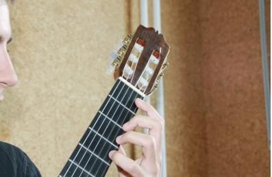 Técnica de guitarra clásica y acústica: posición de la mano izquierda