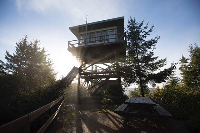 Waking up here was so special. Thank you to the @u.s.forestservice for making it possible to stay in these fire tower gems. Sharing more photos from this breathtaking trip to Oregon on the site today (link in bio). #findyourpark #nps #firetower