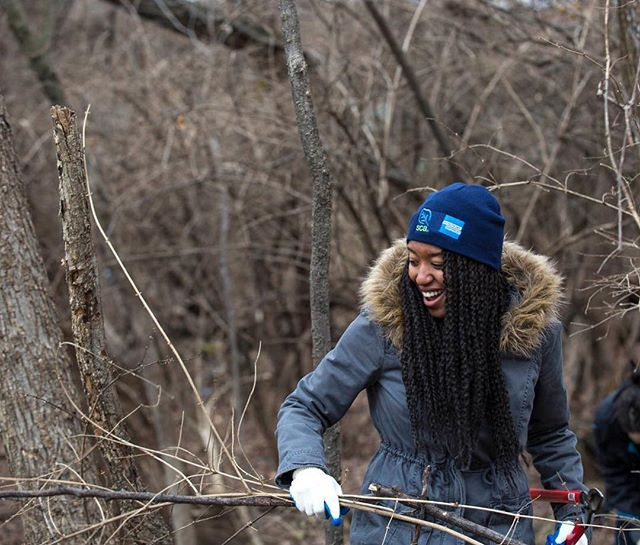 On their day off Monday, hundreds of DC locals came out to help clean up Anacostia Park - pulling trash out of the river and removing invasive species. It was a much-needed inspiring day and a fun one to photograph. More images coming soon! And thanks @the_sca for organizing!  #MLKDaySCA #conSERVEdc