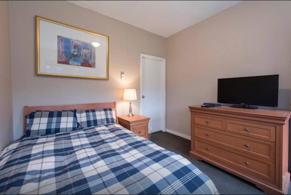 Deluxe 2 - C bed towards bathroom - airbnb.png