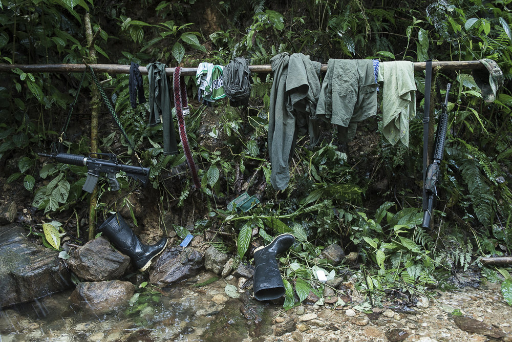 The guerrilleros hang their clothes and their weapon at the time of the bath. (October 14, 2015, North Caquetá)