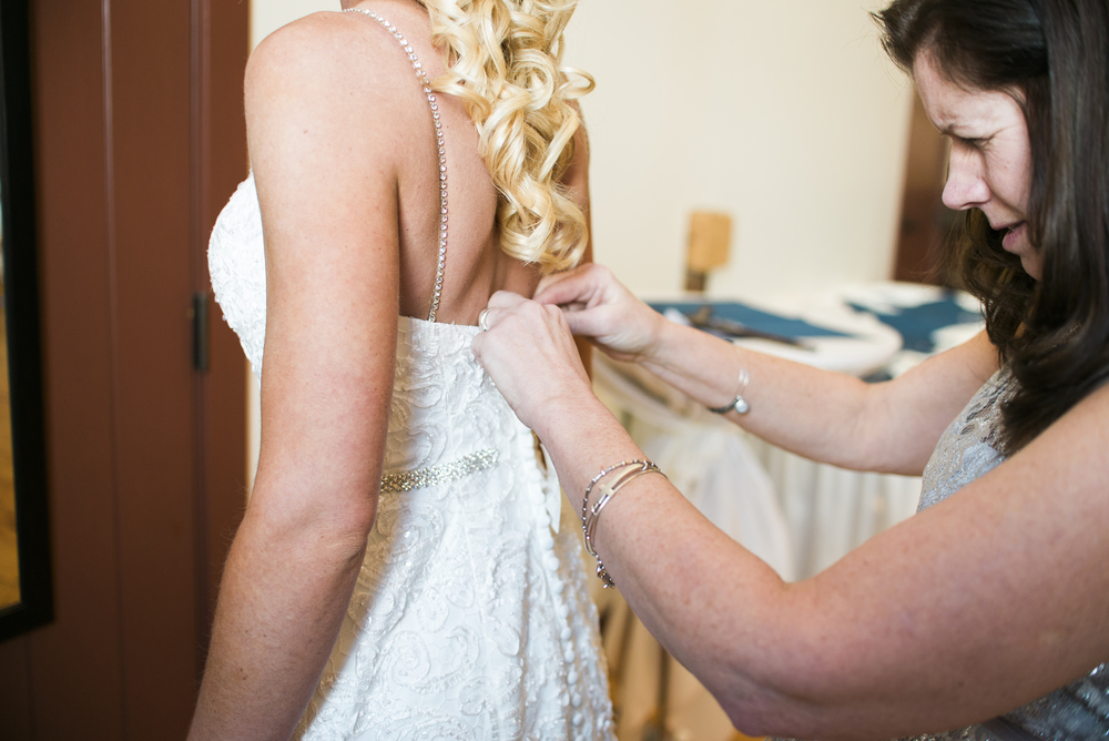 bride-zippering-dress-up