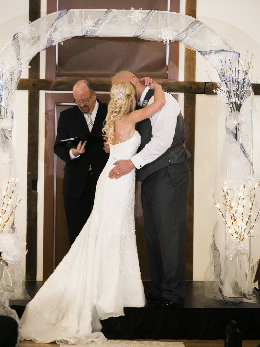 bride-and-goom-first-kiss