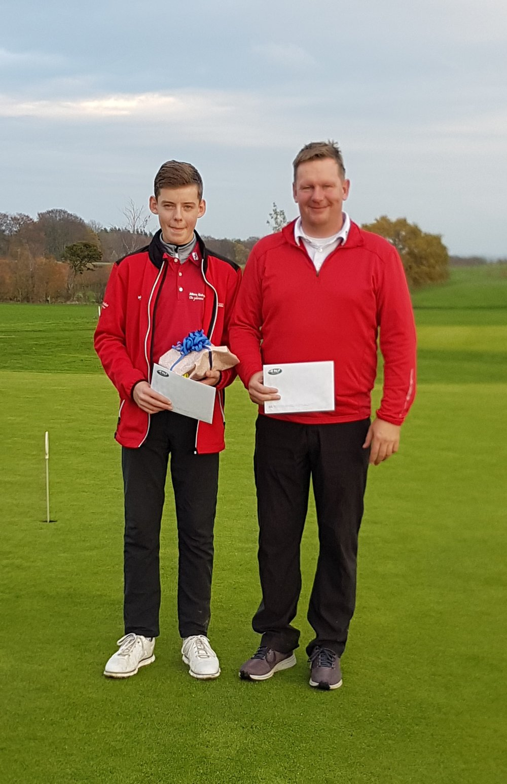 Vinderne af præmien for flest point på hul 18 med 4 point (birdie): Simon Jakobsen og Henrik Jakobsen.