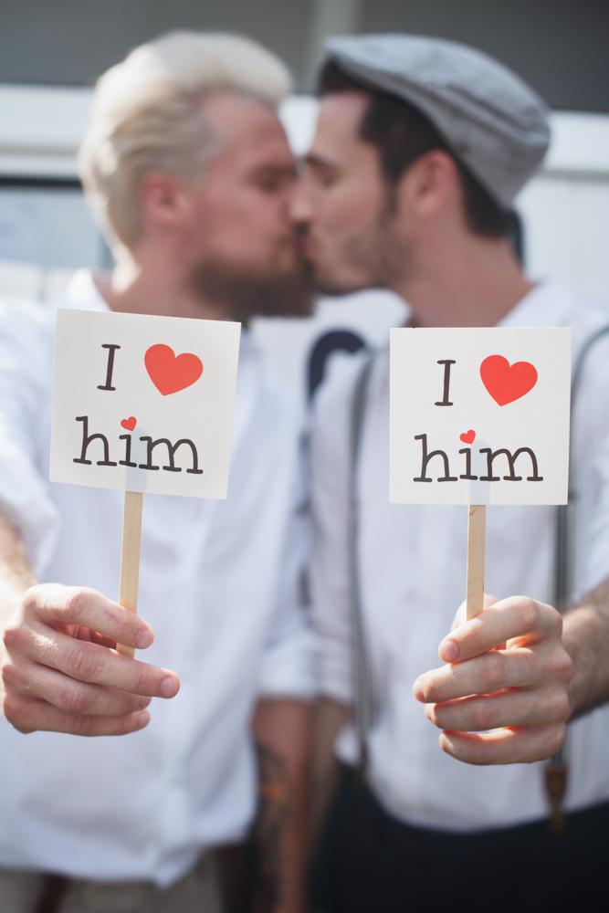 gay hochzeit i love him_rotknopf anzug.jpg