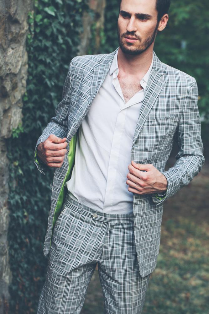 gay hochzeit karo anzug grau_rotknopf anzug.jpg