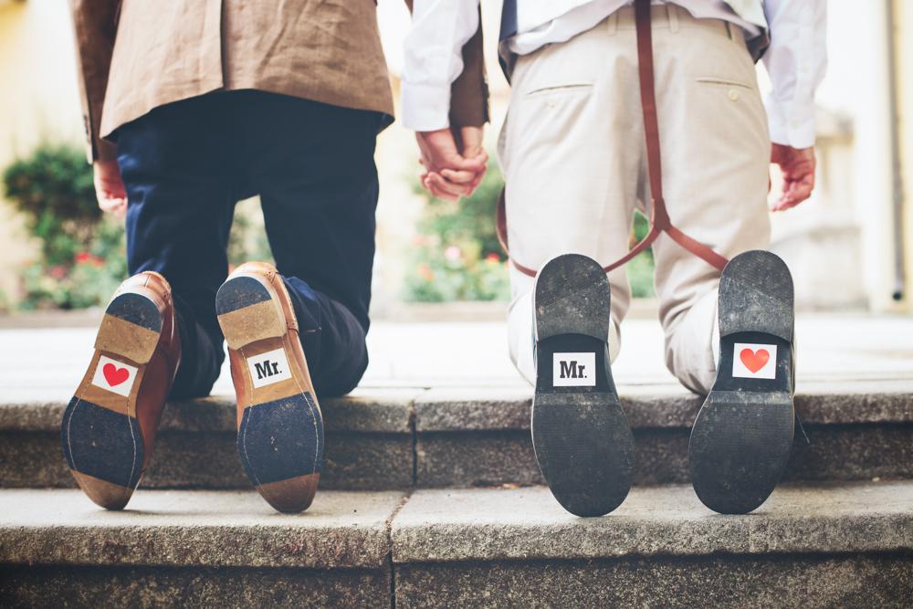 gay hochzeit mr love_rotknopf anzug.jpg