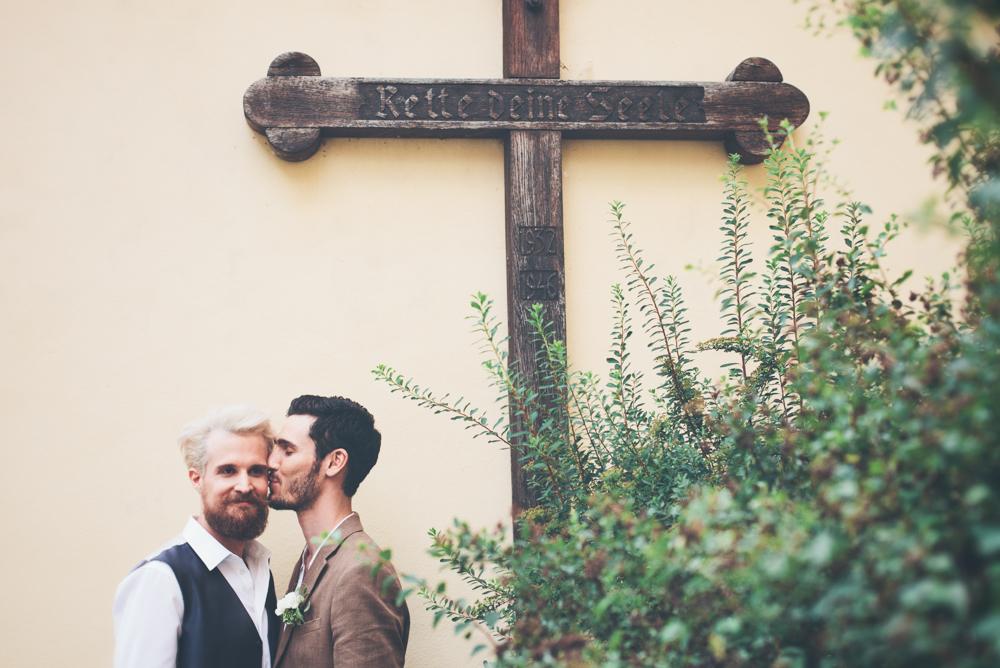 gay hochzeit rette deine seele_rotknopf anzug.jpg
