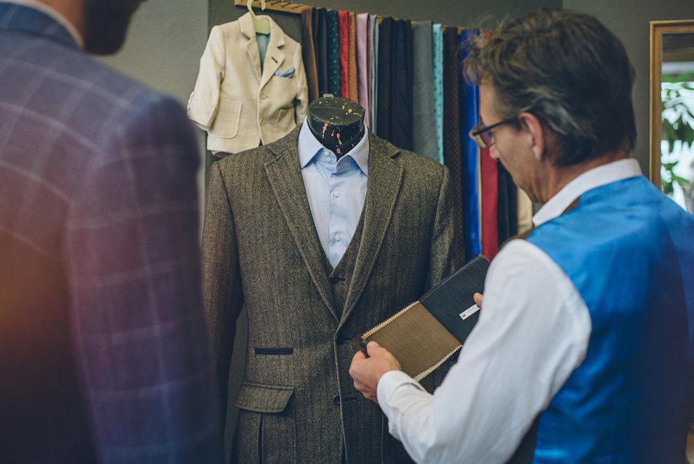 Kleidung nach Maß Verschenken - Sie wollen einen Rotknopf Anzug oder ein Sakko verschenken? Bei Rotknopf erhalten Sie Gutschein in jeder Höhe.Gutscheine können Sie persönlich, in unserem Geschäft in 1070 Wien erwerben, telefonisch unter +43 1 94 20472oder via E-Mail an info@rotknopf.atbestellen oder direkt hier im Formular.Wir freuen uns Ihre Bestellung.