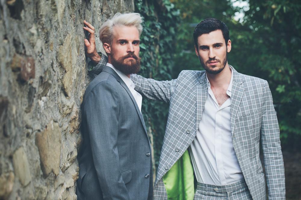 gay hochzeit blau anzug grau anzug_rotknopf anzug.jpg