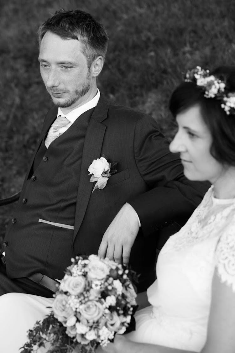Hochzeitsanzug_schwarz weiss_rotknopf.jpg