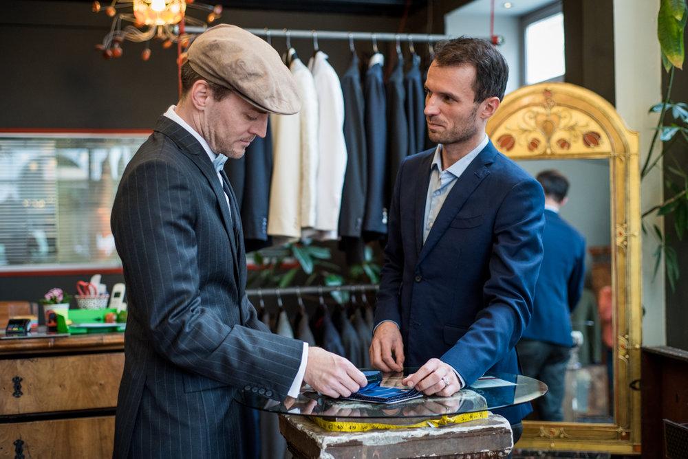1. BERATUNG   Anpassen auf allgemein gültiges nicht nur Hochzeit oder Business Anzug  Bei Ihrem neuen Outfit sollte alles passen. Deshalb möchten Wir uns für das Beratungsgespräch mit Ihnen ausreichend Zeit nehmen.  Bitte vereinbaren Sie daher einen persönlichen Termin mit uns.