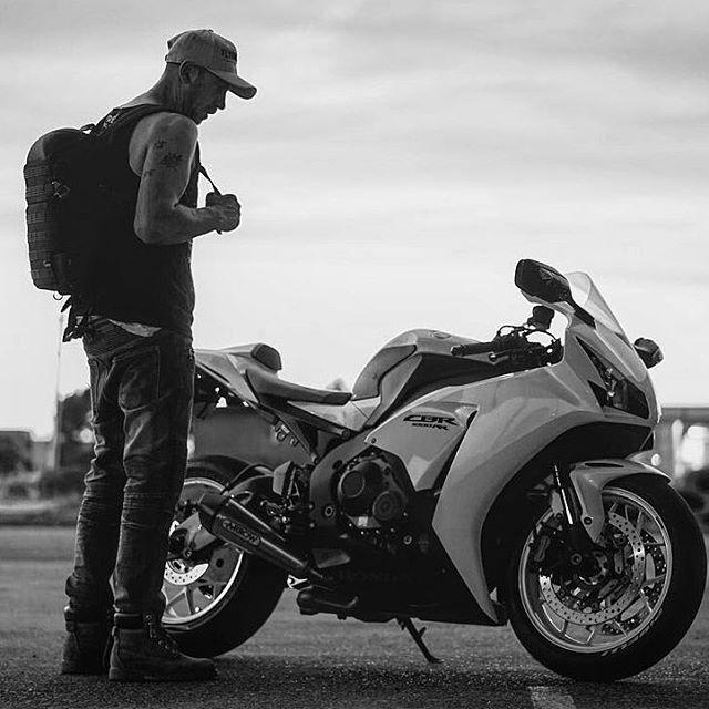 This legend rocking our #brave #snapback. Looks amazing!  REPOST from @carlo_481_ -  Locked and FINALLY loaded track time coming up! It's been WAY to long 👌🏼 __________________________________ #freshoilandco #tru_riderz #killswitchbikes#ridingsexy  #bikersofinstagram #throttlesociety  #bikerboysofinstagram#ridersbook#bride #shift_life #pistonaddictz #killswitchbikes #sportbikelife #sportbikeaddicts #universalbikers #dope#motorcyclemafia #bikesofig #frontrunnerz #mostamazingbikes #lifeon2 #bikelife #track_junkie #melbourne#bikekingz#urban#cyclekingz#ridingsexy#mostamazingbikes#bikeporn