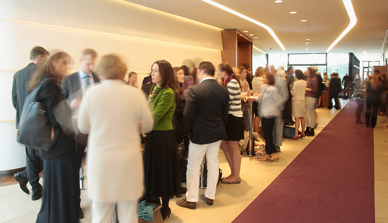 25_Stimmung Teilnehmer_Foyer.jpg