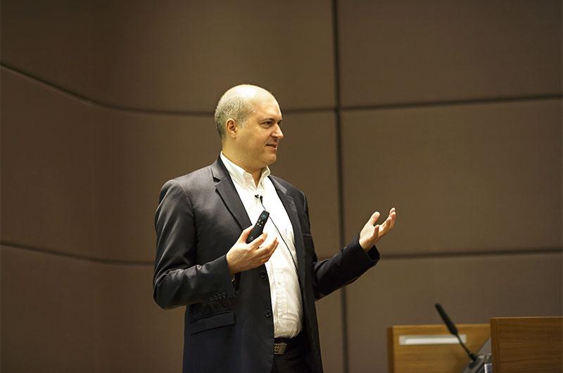 Eric Brun, Hyatt International, stellt das neue Andaz-Hotel vor