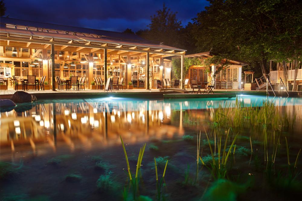 Restaurant Und Swimming-Teich Nachtaufnahme 2%0d%0aGarden_village_Bled_03.jpg