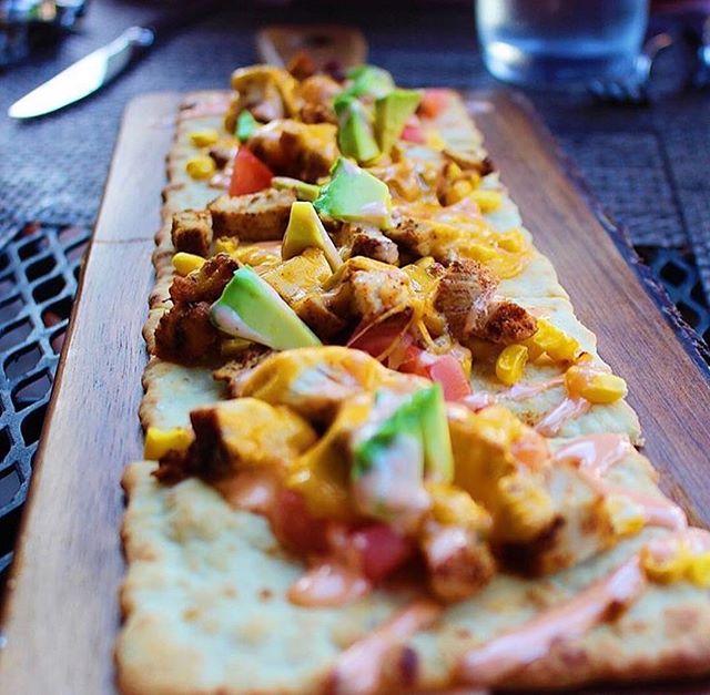 Bon appetit 👌 #flatbread 📍 @loganinnpa
