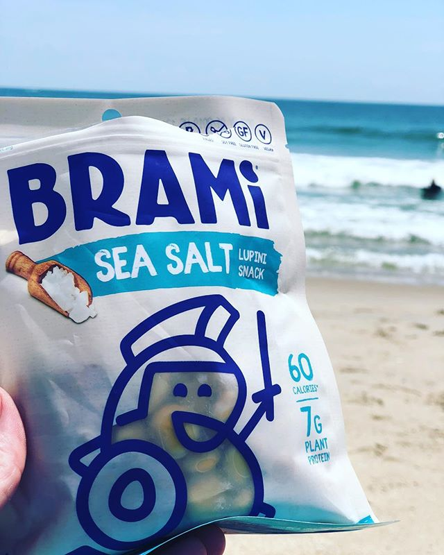 A little #protein power at the beach! @bramisnacks #romansupersnack - 0 net carbs - 50% more protein than chickpeas - 80% fewer calories than almonds 💪