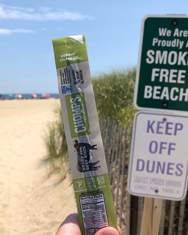 Loving these @chomps hoppin' jalapeño beef sticks 🔥 9 grams of protein to keep you 💪 at the beach! Pick some up @traderjoes  #chompssnacksticks  #chomps  #chompian