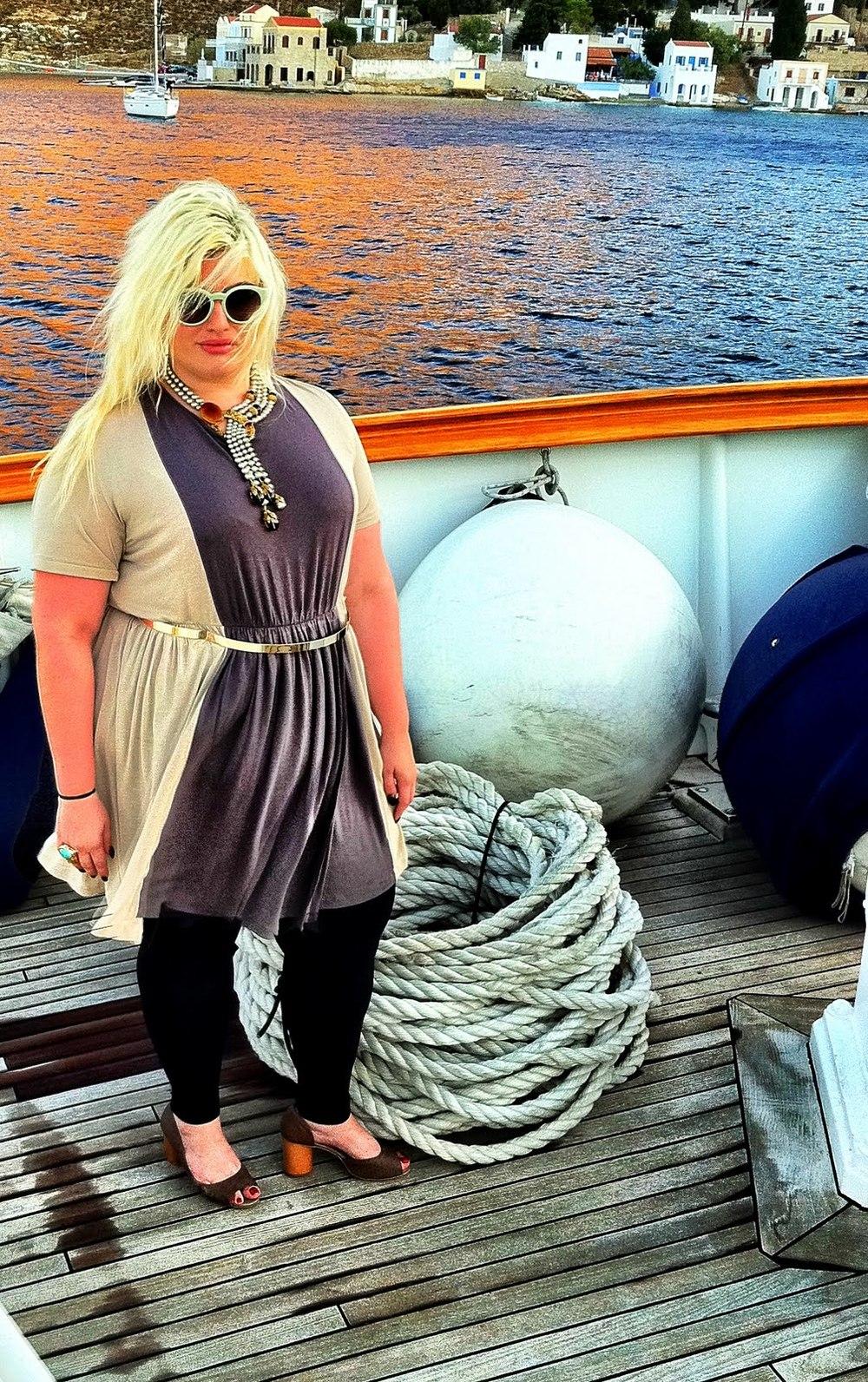 coco curvy, the jersey dress, jersey dress, coco limberakis, coco curvy blog, curvy blogger, fatshion, plus size, plus size bloggers, chloe, metallic belt, stella mccartney sunglasses, curvy coco