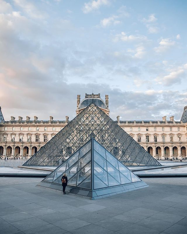 I heard if you stand close enough to this pyramid you can hear tiny signals to the aliens 🤷🏼‍♀️ apparently they were the ones who gave Leonardo da Vinci the idea for the Mona Lisa. 🎨📡😂🛸 . . Fun facts about the @museelouvre : 1. It's the biggest museum in the world  2. There is actually ✌🏼 Louvre's. The other one is in Abu Dhabi  3. The Mona Lisa has been stolen before.  4. It's (allegedly) haunted 🤷🏼‍♀️ 5. The Nazi used the Louvre to store stolen Art. 🙅🏼‍♀️ 6. Napoleon once renamed the Louvre to Musée Napoleon and expanded its collection by 5,000 pieces.  7. It is impossible to see all the art in one visit 💫 (I dare you to try 😂) . . #paris #france #louvre #louvremuseum #aliens #art #funfacts